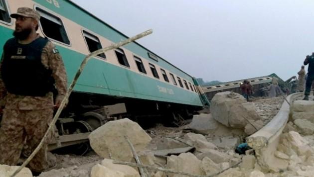 Bei einem Zugunglück im Süden Pakistans sind mehr als 30 Menschen getötet worden. (Bild: Screenshot Twitter)