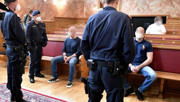 Die beiden Angeklagten im Verhandlungssaal: Einer leugnete, der andere gestand, am Überfall beteiligt gewesen zu sein. (Bild: APA/BARBARA GINDL)