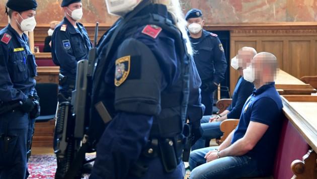Die beiden Angeklagten im Schwurgerichtssaal in Salzburg (Bild: APA/BARBARA GINDL)