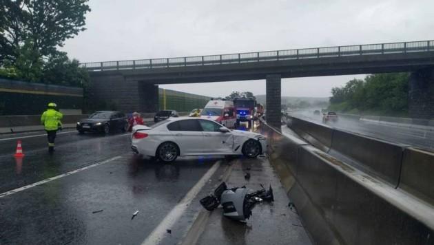 Crash auf der A1: Die Retter hatten nicht nur mit Wracks und Regen zu kämpfen, sondern auch mit der mangelnden Disziplin unbeteiligter Lenker in Sachen Rettungsgasse. (Bild: FF Kirchstetten)