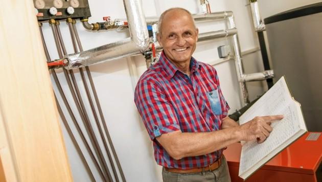 Alfons Ramprecht dokumentiert die hervorragende Arbeit seiner Wärmepumpe(n) seit 35 Jahren. (Bild: Gernot Gleiss)
