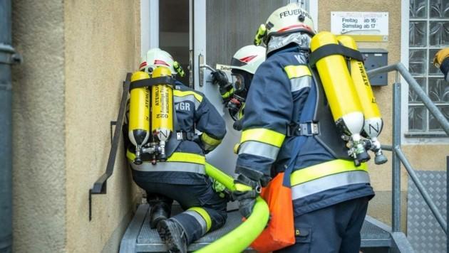 Einen Brand im alten Gasthof Heiß simulierte die Feuerwehr – der Start einer Übungsserie, bevor das Haus abgerissen wird. (Bild: Jürgen Pistracher)