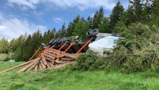 Der Lkw kippte um. (Bild: Feuerwehr Wolfsberg)