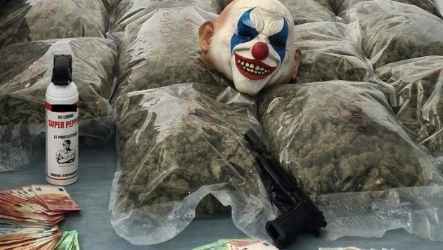 Kiloweise Marihuana, Bargeld sowie eine Clownsmaske und eine Waffe wurden in den Bunkerwohungen sichergestellt. (Bild: BPD Wien)