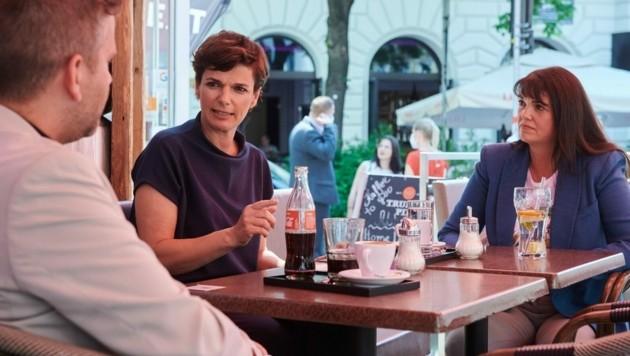 """SPÖ-Chefin Rendi-Wagner (rechts) traf sich mit Wiener Wirten und präsentierte den """"Österreich-Scheck"""" - ein 1000-Euro-Gutschein für jeden Haushalt als Hilfe für krisengebeutelte Betriebe. (Bild: SPÖ)"""