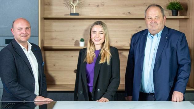 Mario Stifter (l.) führt das Trauner Unternehmen in enger Abstimmung mit Gerhard Hackl (r.) und dessen Tochter Anna Richter. (Bild: HAKA Küche GmbH)