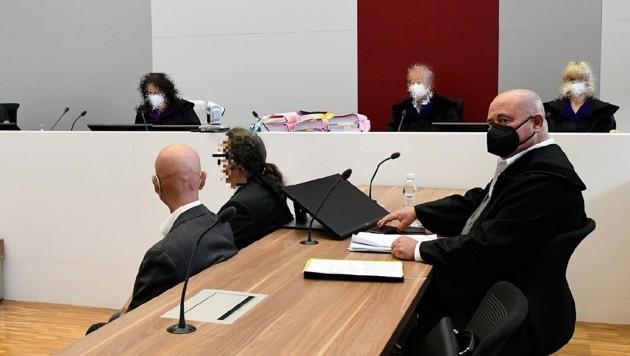 Die beiden Angeklagten mit ihrem Anwalt Werner Tomanek (rechts) (Bild: Kronen Zeitung)