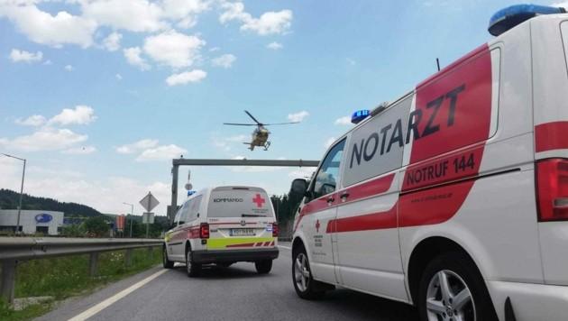 Nach der Erstversorgung wurde der Motorradfahrer mit Verdacht auf Brustkorb- und Beckenverletzungen ins LKH Universitätsklinikum Graz geflogen (Bild: R. Wonisch/Rotes Kreuz Stmk)