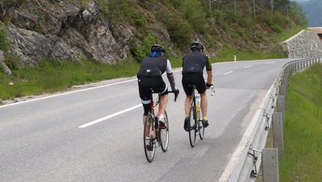 Radfahrer auf der B 189 - daneben verläuft parallel der nagelneue, asphaltierte Radweg. (Bild: Daum Hubert)