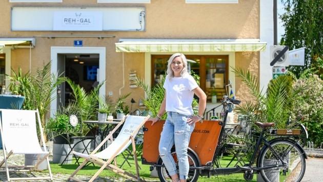 Sorgt in Kronstorf für Leben: Katrin Petrovic vor ihrem Shop (Bild: Alexander Schwarzl)
