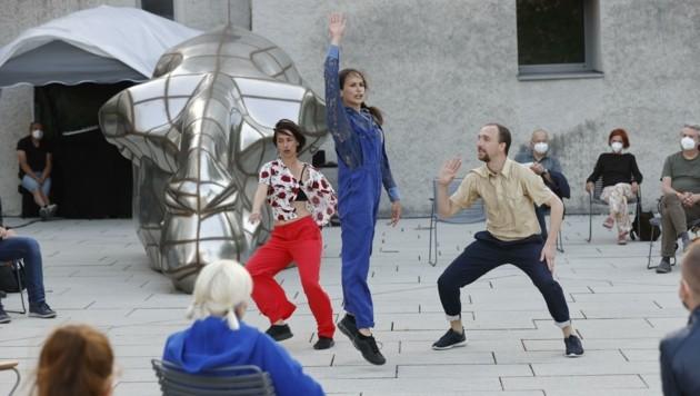 Vor dem Museum der Moderne auf dem Mönchsberg springt der Funke der Tanzperformance nicht ganz über. (Bild: Tschepp Markus)