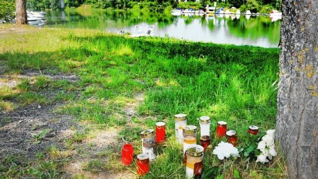 Am Ufer vor der Unglücksstelle stehen nun Grabkerzen. Der junge Mann lag tot in seinem Auto, im Wasser. (Bild: Franz Crepaz)