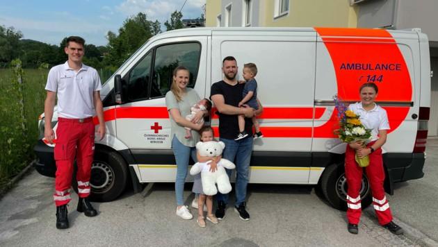 Rettungssanitäter besuchten Baby Jakob mit seinen Eltern Armina und Muhamed und den Geschwistern Mejra und Ibrahim. (Bild: Rotes Kreuz Salzburg)