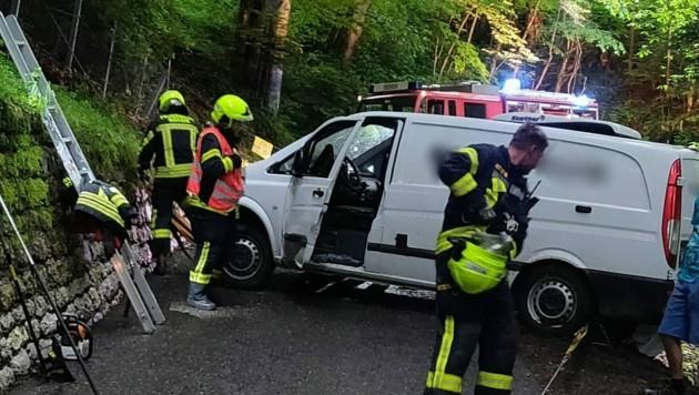 Die Freiwillige Feuerwehr Götzis konnte das Unfallfahrzeug auf der Bergstraße bergen. (Bild: Freiwillige Feuerwehr Götzis)