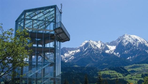 Rund um die Aussichtsplattform am Wurbauerkogel herrscht reges Treiben.. Auf eine Fahrt mit der Sommerrodelbahn müssen die Gäste verzichten. Sie ist nach einem Hangrutsch gesperrt. (Bild: Sieghartsleitner)