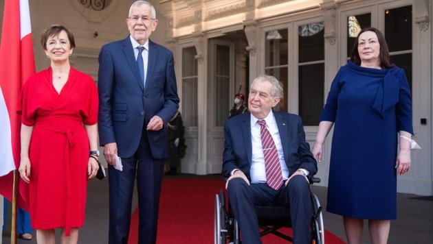 Die Präsidenten nebst Gattinnen (Bild: APA/GEORG HOCHMUTH)