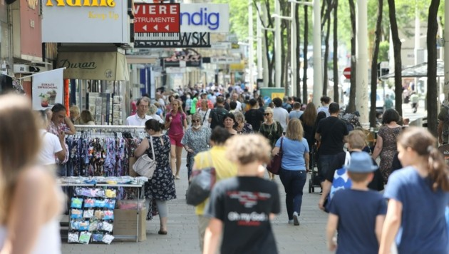 Shoppen und schlendern: Das Leben ist wieder eingekehrt in den heimischen Fußgängerzonen. (Bild: Jöchl Martin)