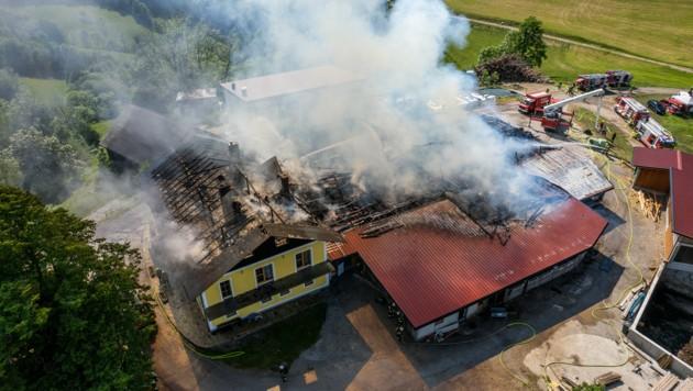 Der Bauernhof in Maria Neustift wurde schwer beschädigt, auch das Wohnhaus ist betroffen. (Bild: FOTOKERSCHI.AT / KERSCHBAUMMAYR)