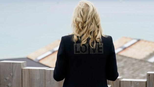 "First Lady Jill Bidens Jacke mit dem Wort ""Love"" am Rücken (Bild: AP)"