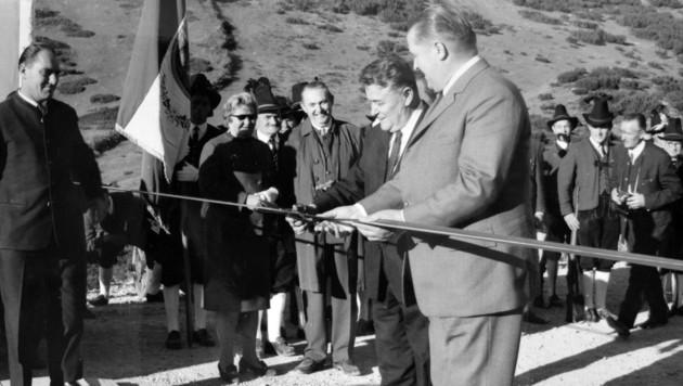 Als Landesrat drehte Eduard Wallnöfer den Geldhahn des Landes für die Hahntennjochstraße auf, als Landeshauptmann eröffnete er sie 1969 (Bild: Museum im Ballhaus)