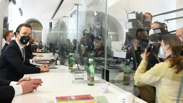 Finanzminister Gernot Blümel muss ein drittes Mal in den U-Ausschuss - und kommt einmal mehr in Chat-Protokollen vor. (Bild: APA/HELMUT FOHRINGER)