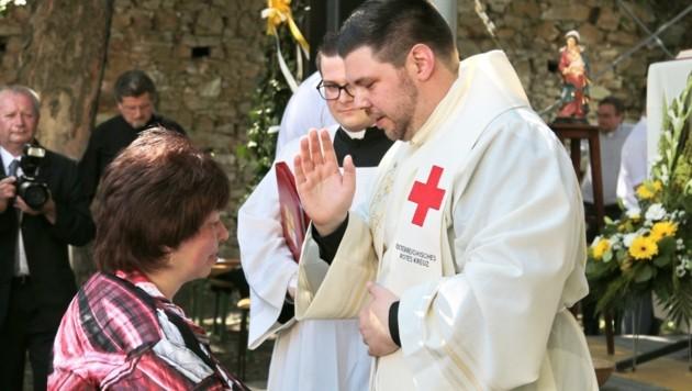 Julian Heissenberger ist als Priester und Rotkreuz Mitarbeiter für die Menschen da (Bild: Heissenberger)