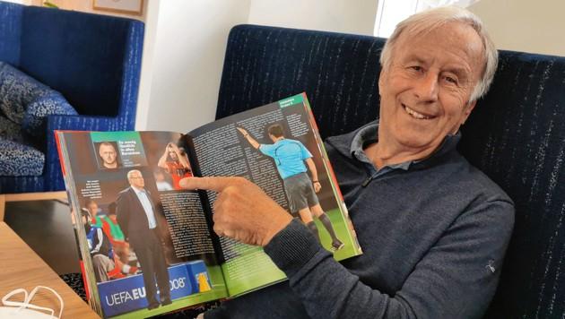 Josef Hickersberger blätterte im EURO-Buch 2008. (Bild: Reichel)