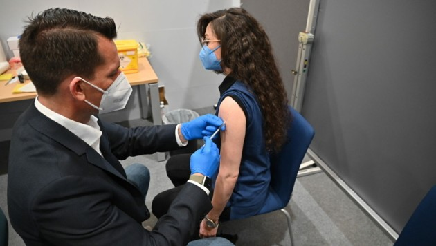 Gesundheitsminister und Arzt Wolfgang Mückstein setzte zum Start der betrieblichen Impfungen selbst die Nadel an. (Bild: FOTOKERSCHI.AT/WERNER KERSCHBA)