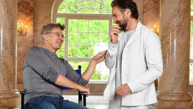 Hauptdarsteller Tobias Moretti mit Benjamin Sadler (rechts) (Bild: ServusTV / Manuel Marktl)