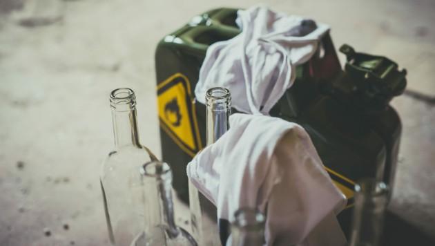 Einen Molotowcocktail warf ein 43-Jähriger direkt beim Grenzübergang nach Tschechien. (Symbolbild) (Bild: stock.adobe.com)