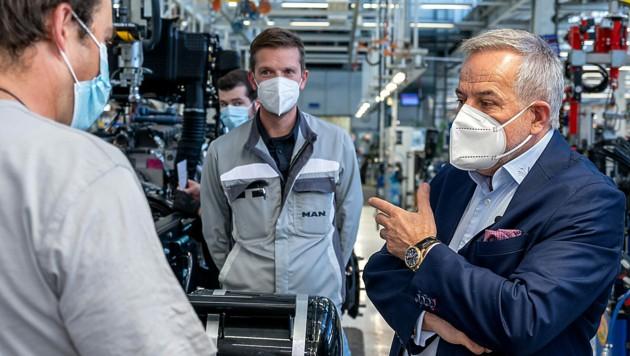 Siegfried Wolf bei einem Besuch der Produktionsstraße des MAN-Werks in Steyr (Bild: FOTOKERSCHI.AT/KERSCHBAUMMAYR)