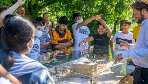 Der Architekt des Kinderkunstlabors diskutierte mit Kindern. (Bild: ARMAN KALTEIS)