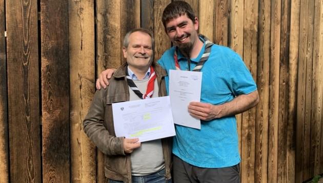 Obmann Wolfgang Voglmayr (li.) und Ludwig Stadler vom Gruppenrat mit Grundbuchauszug und Kaufvertrag. (Bild: Linz2)