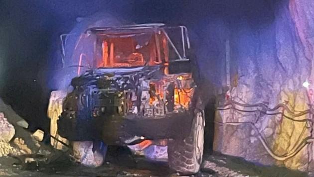 Feuerwehren aus Uttendorf, Stuhlfelden und Mittersill löschten mit zwölf Fahrzeugen und 120 Helfern. (Bild: FF Uttendorf)