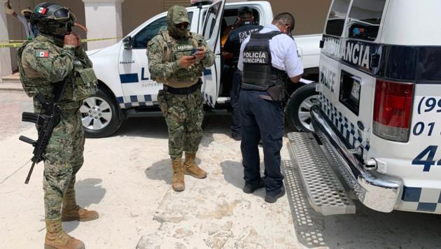 Die Mexican Navy vor dem Krankenwagen, in dem die verletzte Touristin erstversorgt wurde. (Bild: ELIZABETH RUIZ / AE / AFP)