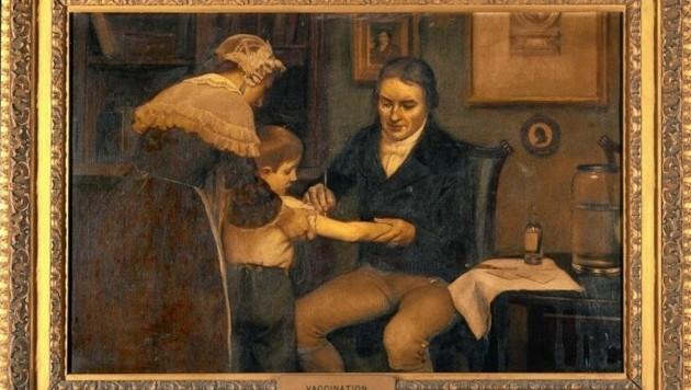 Edward Jenner bei der ersten Impfung gegen Pocken, die er bei einem achtjährigen Buben durchgeführt hat. (Bild: Wikipedia)