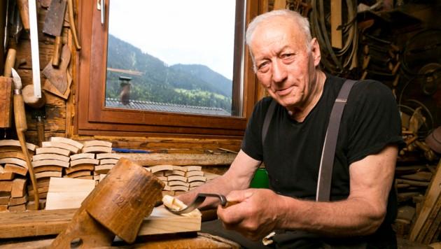 Jeder Handgriff sitzt: Jakob Nesensohn ist einer der letzten Küfer in Vorarlberg. (Bild: Mathis Fotografie)