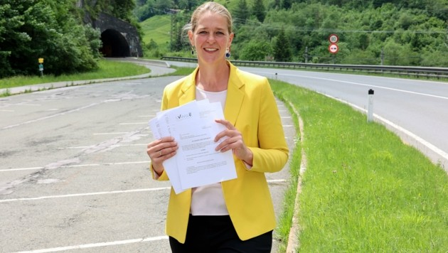Integrationslandesrätin Andrea Klambauer (Neos) kennt den Betroffenen aus dem Pinzgau persönlich. Nach Einsicht in die Akten ist sie über das harte Vorgehen der Behörden empört. (Bild: Roland Hölzl)
