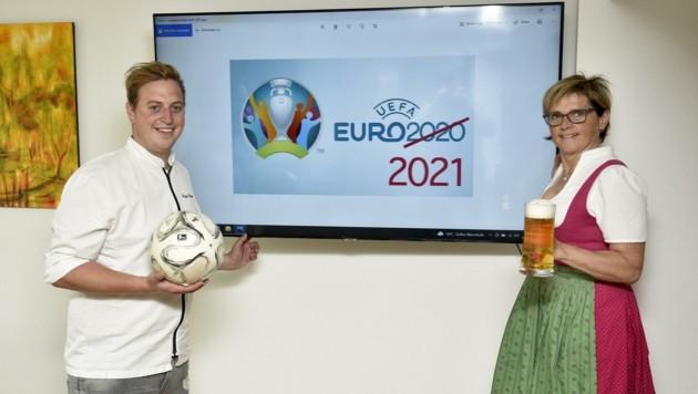 Josef und Elke Sampl stellen in ihrem Gasthaus Metzgerstubn in St. Michael Fernseher für Fußballbegeisterte auf (Bild: Holitzky Roland)