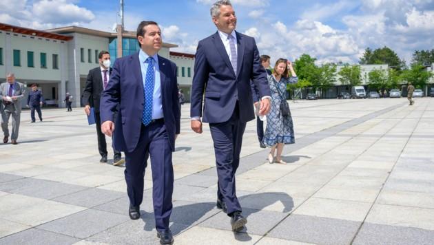 Innenminister Karl Nehammer (ÖVP) (r.) und der griechische Migrationsminister Notis Mitarakis (l.) (Bild: APA/BMI/JÜRGEN MAKOWECZ)