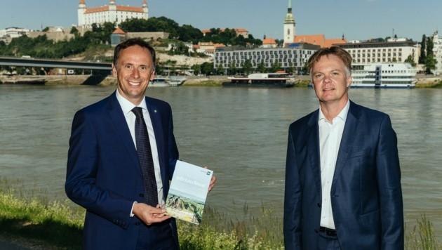 """Landesrat Danninger und NÖ-Werber Duscher: """"Wir wollen künftig mit Partnern in der Slowakei noch vernetzter zusammenarbeiten."""" (Bild: Peter Frolo)"""