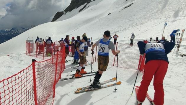 """Beim """"2. Arlberger Sommer Schnee Ski-Rennen"""" stand der Spaß und das Beisammensein im Vordergrund. (Bild: Peter Weihs/Kronenzeitung)"""