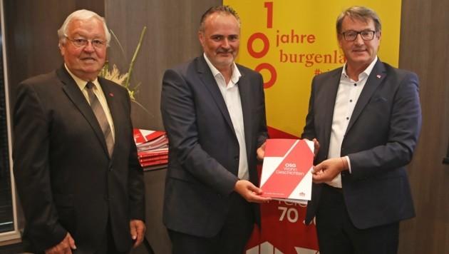 Aufsichtsrats-Vorsitzender Johann Schmidt und Geschäftsführer Alfred Kollar überreichten dem Landeshauptmann eine Festschrift. (Bild: DANIEL FENZ)