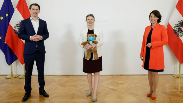 Bundeskanzler Kurz und Familienministerin Edtstadler überreichten Raab zum Abschied einen Teddybär mit türkiser Corona-Maske. (Bild: APA/Bundeskanzleramt/Andy Wenzel)