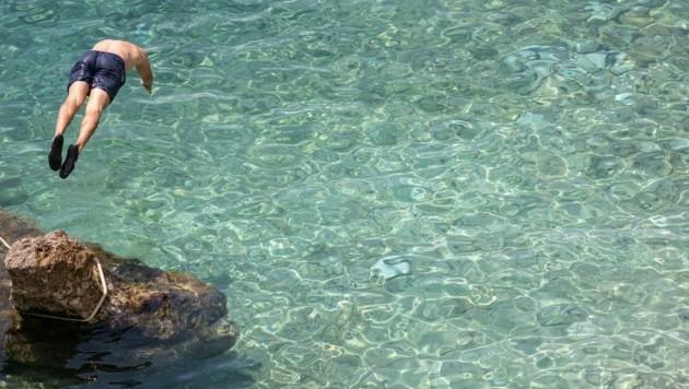 Von vielen lang ersehnt: ein erfrischender Sprung ins Meer (Bild: EXPA/ PIXSELL/ Grgo Jelavic)