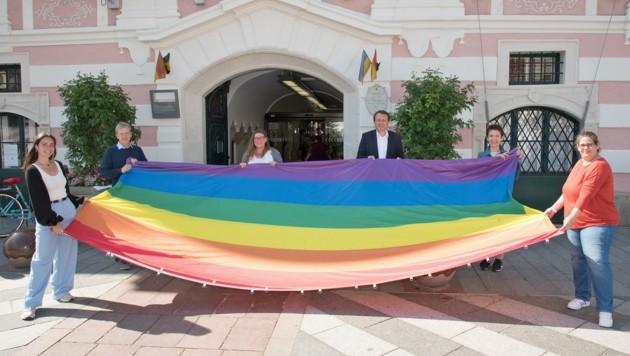 SP-Stadtchef Matthias Stadler (3. v. re.) setzte mit dem Hissen der Regenbogenfahne ein Zeichen der Solidarität. (Bild: Josef Vorlaufer)