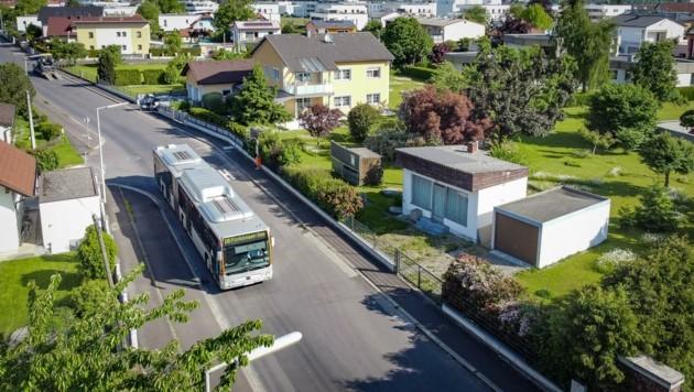Gegenüber des Busses im Bild wird künftig die neue Station sein – das Wartehäuschen und der Fahrschein-Automat verbleiben aus Platzgründen in 60 Metern Entfernung. (Bild: Alexander Schwarzl)