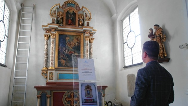 Pfarrer Christoph Kranicki hat Restaurator Paul Rachlé in der Kirche. Die Altäre strahlen bereits wieder. (Bild: Evelyn Hronek Kamerawerk)