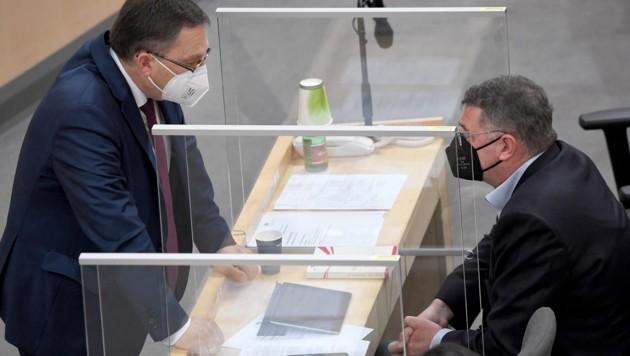 SPÖ-Klubvize Leichtfried (re.) und der türkise Klubobmann August Wöginger (Bild: APA/ROLAND SCHLAGER)