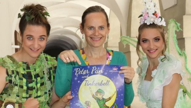 Die Intendantin Nina Blum (Mitte) mit Peter Pan und Tinkerbell. (Bild: Jauschowetz Christian)